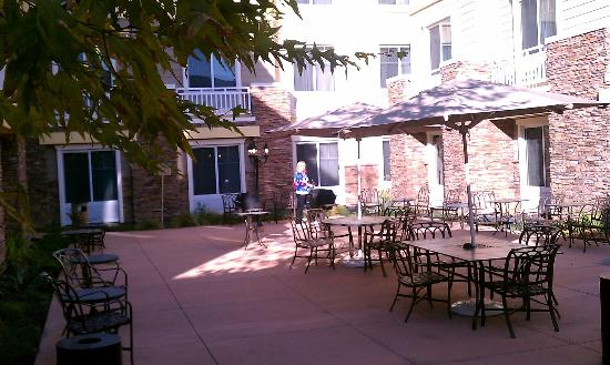 Homewood Suites by Hilton Agoura Hills: courtyard area
