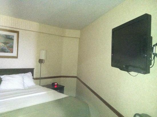 Holiday Inn Express St. Ignace: king bed, second TV