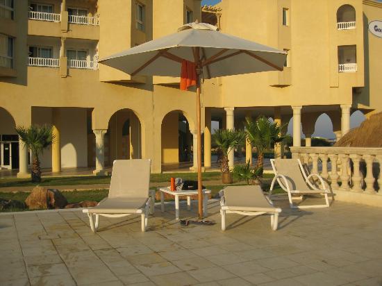 Cap-Bon Kelibia Beach Hotel & Spa: Parecchie sdraio con ombrellone a lato piscine