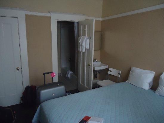 Park Hotel: le lavabo dans la chambre