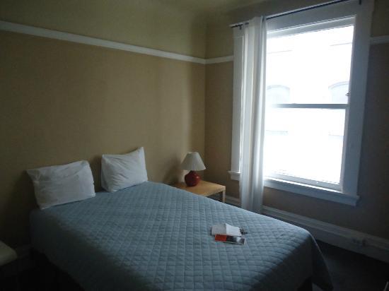 Park Hotel: le lit (le rideau n'occulte pas la lumière)