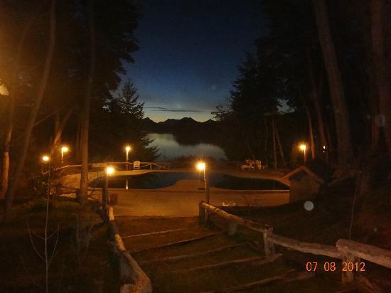 Punta Manzano: pileta de noche