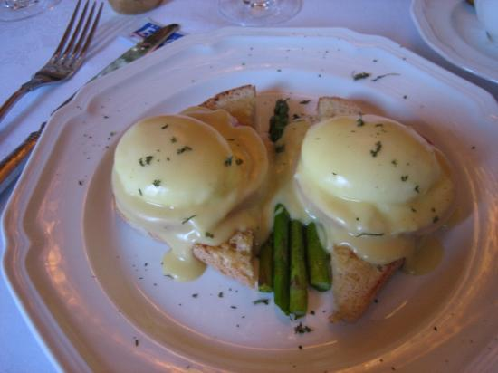 Bella Rose Bed and Breakfast: Immaculate eggs benedict