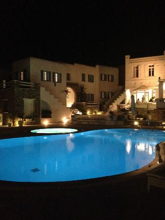 En Lefko Prive Suites: Hotel At Night
