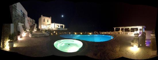En Lefko Prive Suites: Pool area at night