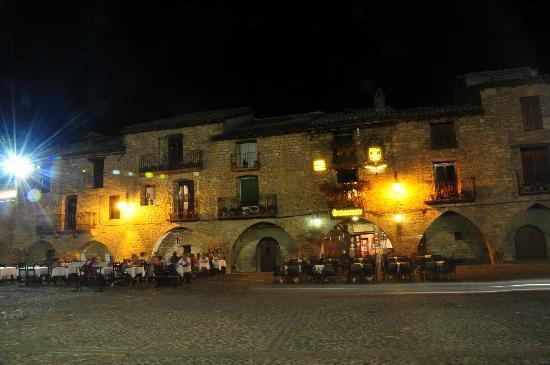 Restaurante Bodegón de Mallacán: Night time in Ainsa Square