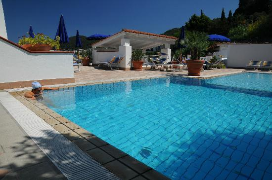 Villa D'Orta Hotel : Relax: un bagno di sole in piscina!