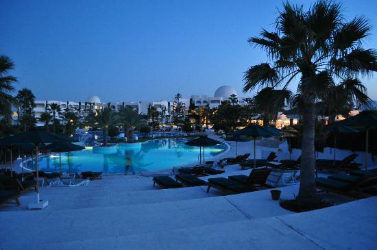 Djerba Plaza Hotel & Spa: toujours la piscine by night