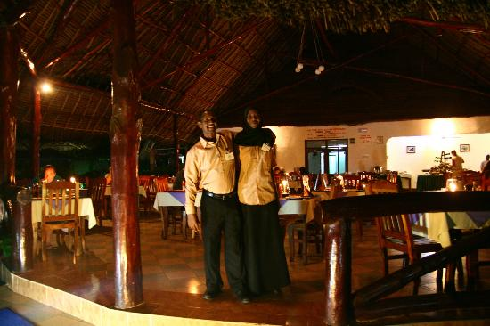 Mnarani Beach Cottages: Beautifully lit outdoor restaurant for dinner! Such friendly, warm staff!