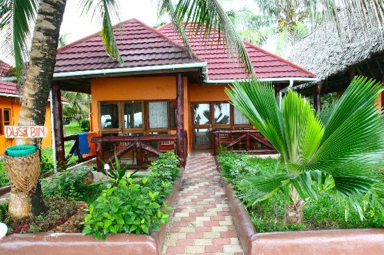 Mnarani Beach Cottages: Our cottage! We stayed in the cottage 2 nights. They are like duplexes, with a bed and and a bat