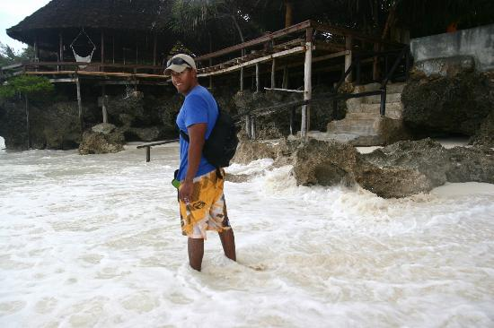 Mnarani Beach Cottages: High tide at the beach entrance!