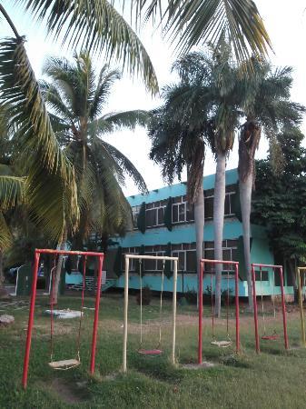 Villa Islazul Bayamo: Terrain de jeu plutôt rustique.