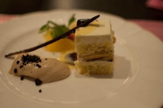 The Steak House: Banana cake dessert