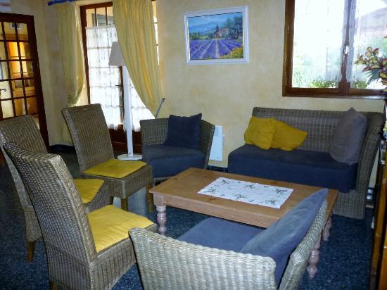 Hotel Saint Clair : seating area - near communal TV