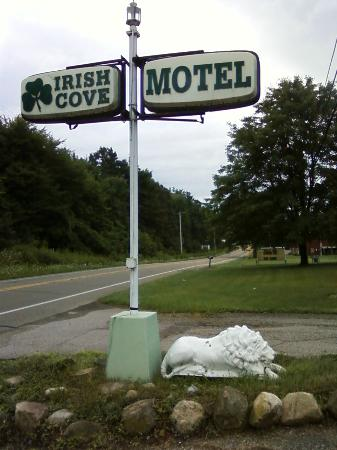 The Irish Cove Motel : Road sign. Either wasn't turned the night I stayed, or just hard to see.