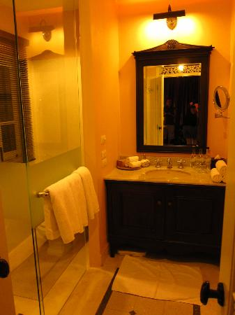 Ping Nakara Boutique Hotel & Spa: Bathroom and sink