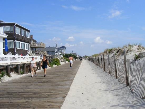 Tradewinds Motor Lodge: Beach Boardwalk