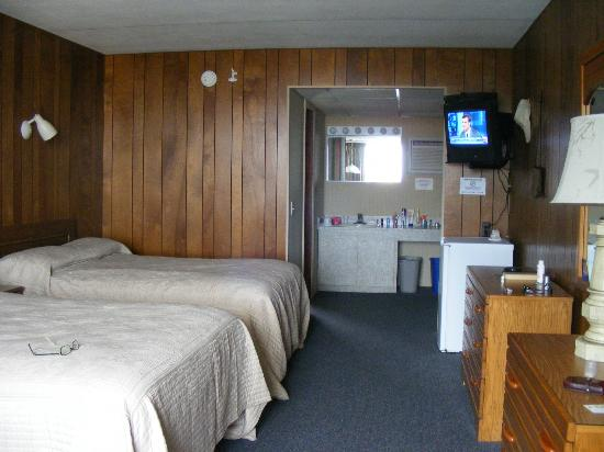 ‪‪Tradewinds Motor Lodge‬: Room Interior - Bath to the Left