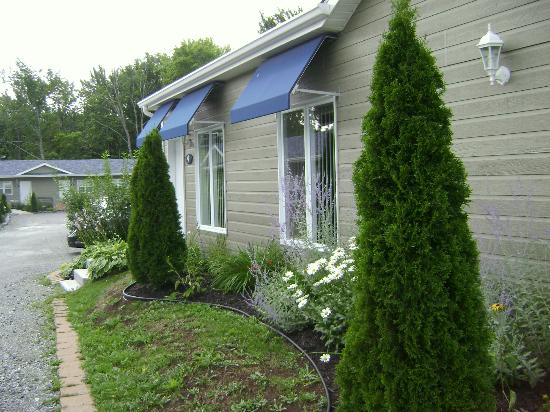 Motel des Cedres: lovely landscaping