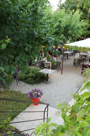 Le 9 Restaurant: Le jardin vue de haut, ouvert en été par beau temps