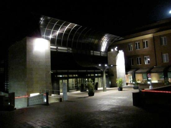 Eurostars Roma Aeterna  The Hotel from the Outside. Televisión y  escritorio. Armario amplio y repisa para dejar las maletas ca798723961e