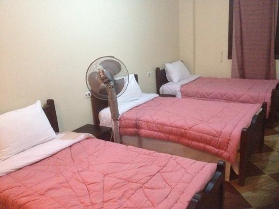 Travel Joy Hostel: comfy, clean sheets. fan per person available on request