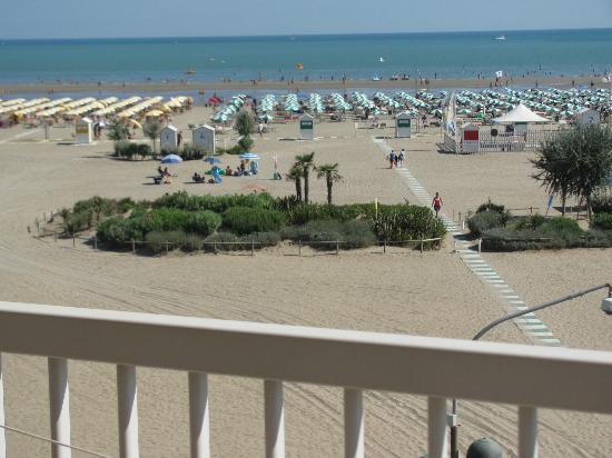 Hotel Eden : la spiaggia dell'hotel è frontale, ombrelloni gialli con cabina e docce