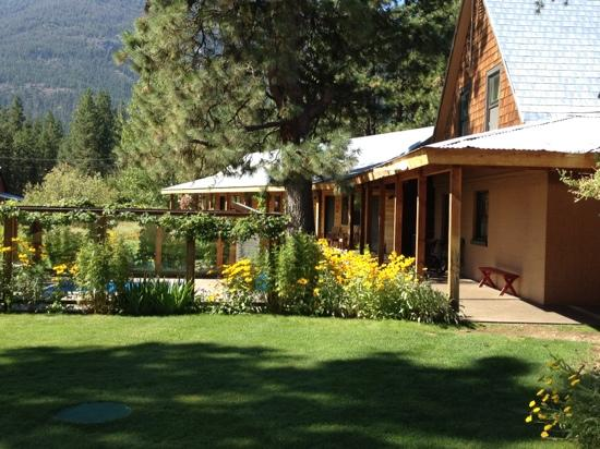 Mazama Ranch House: one part of the cabins and the outdoor whirlpool