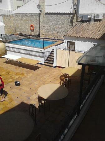 Hotel Sercotel Rosaleda de Don Pedro: Patio y piscina.