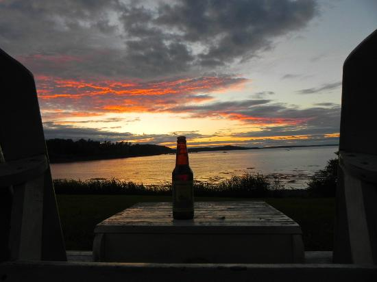 Saltair Inn Waterfront B&B: A beautiful sunset from the chairs in the back yard