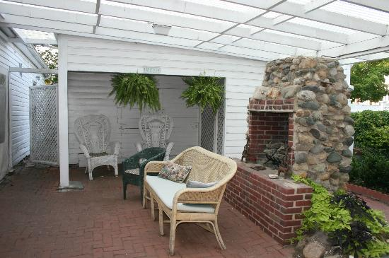 Elizabeth City Bed and Breakfast: The courtyard and outdoor social area.