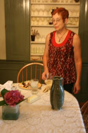 Elizabeth City Bed and Breakfast : Maureen in the dining room