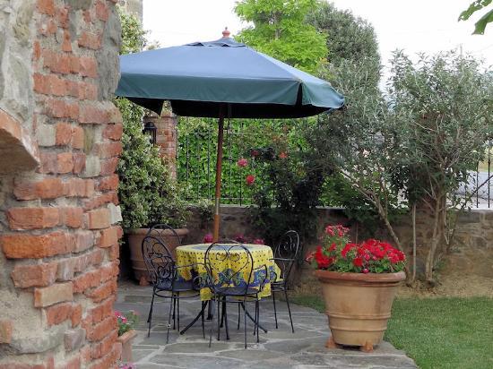 Villa Toscana La Mucchia: Patio