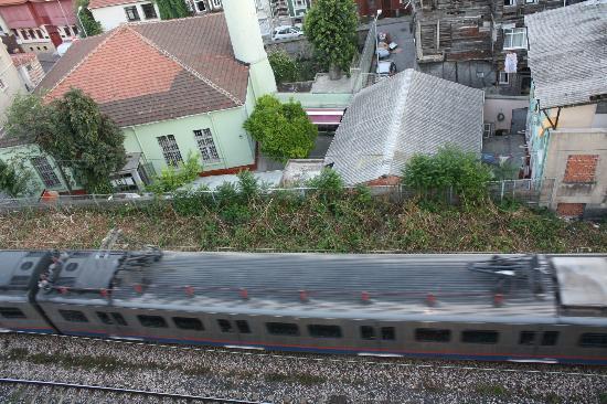 Blue Tuana Hotel: il treno che passa sotto l'hotel