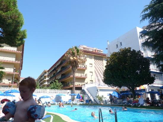 Hotel GHT Balmes & Apartments: Pool area