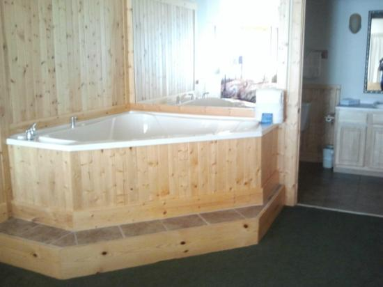 Superior Shores Resort: jet tub in bedroom (a two year olds dream!)