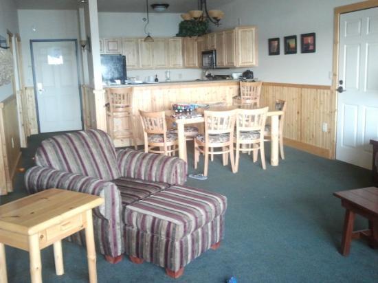Superior Shores Resort : dining area/kitchen