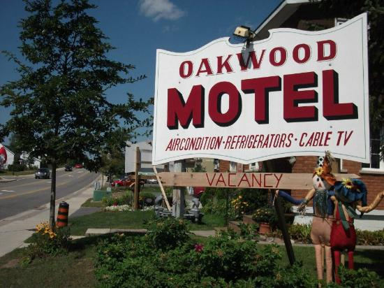 Oakwood Motel: The sign from the road