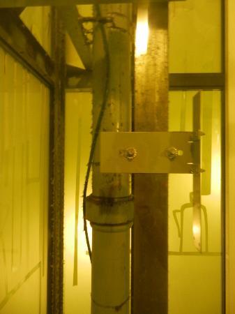 EA Hotel Manes: l'ascensore con ingranaggi a vista... era meglio nasconderli se mai puliti dalla sporcizia!!