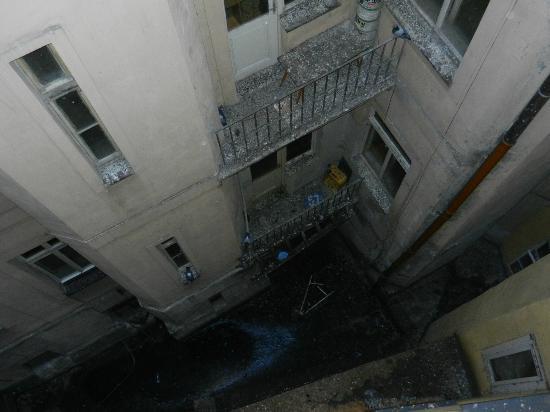 EA Hotel Manes: ciò che si vede dal corridoio sul cortile interno dell'hotel