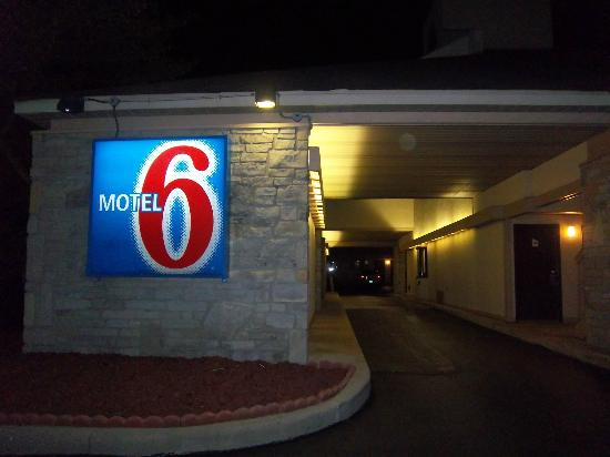 Motel 6 Dayton Englewood: Middle entrance thru first building at night