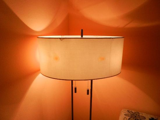 EA Hotel Manes: bruciature sul cappello della lampada