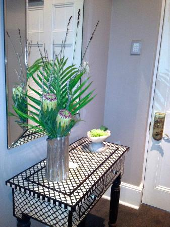 Dock House Boutique Hotel: Fresh flowers in hallway of suite