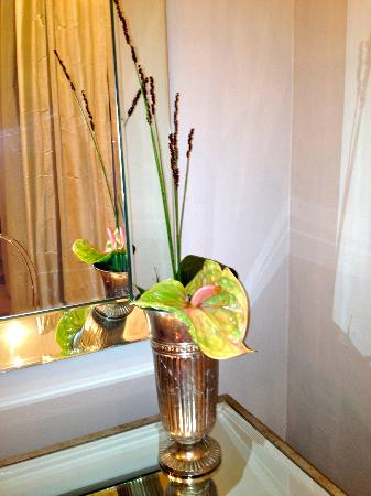 Dock House Boutique Hotel: Just one of the fresh flower decorations in the suite