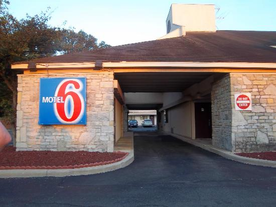 Motel 6 Dayton Englewood: Middle entrance thru first building
