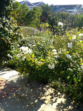 Dock House Boutique Hotel: Pretty garden borders