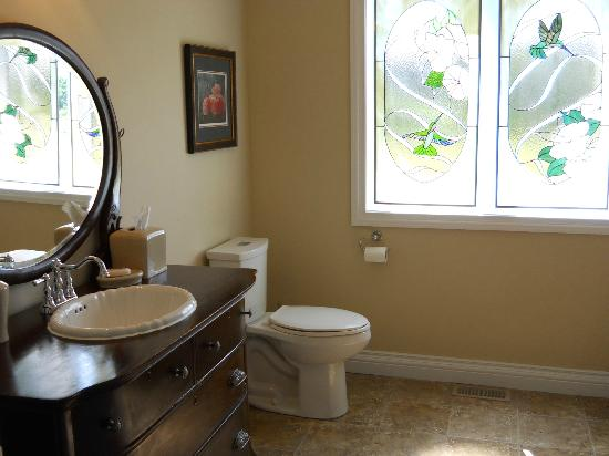 Wenzler's Landing Bed & Breakfast: Bathroom is spacious and has an accessible shower