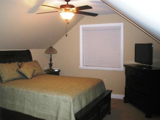 Wenzler's Landing Bed & Breakfast: The Nest- a private, quiet suite with kitchenette and 1 1/2 baths!