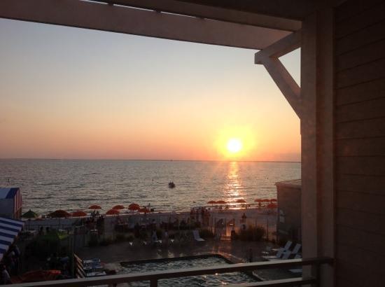 Sea Crest Beach Hotel: puesta de sol en el sea crest
