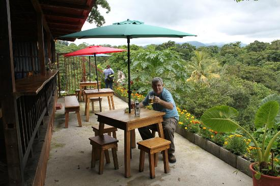 Toad Hall Hotel Arenal: View behind shop for beer